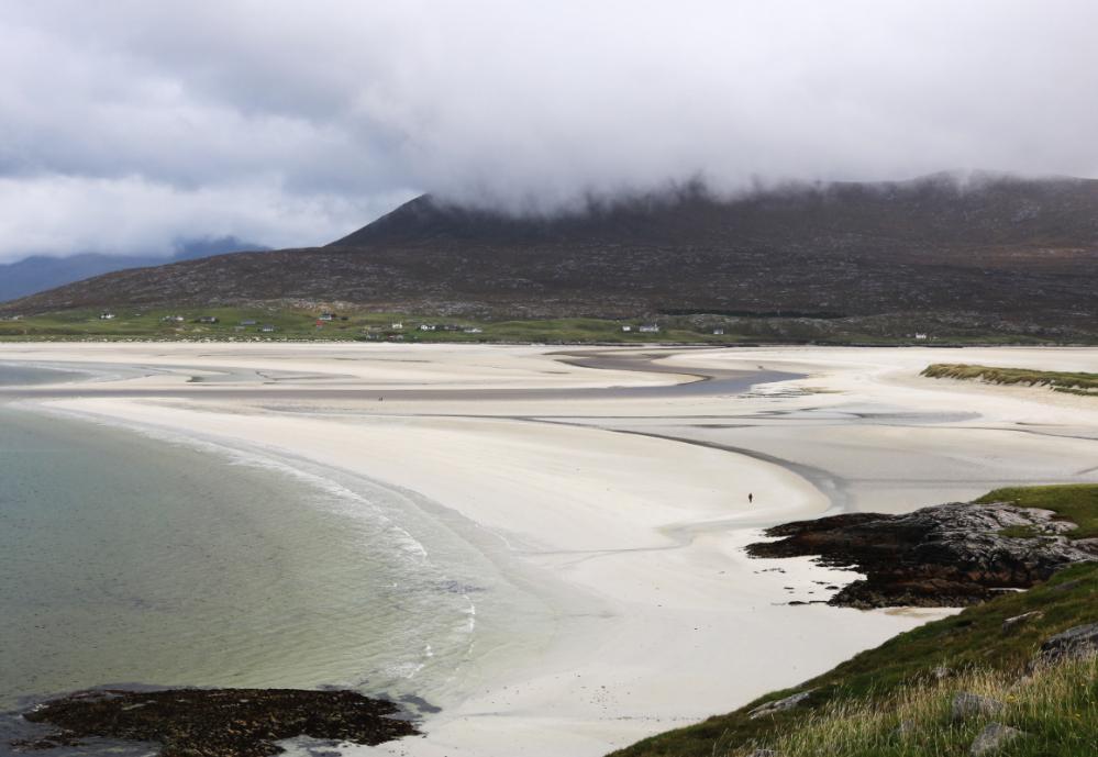Sandstränderna är på Harris är kilometerlånga och vattnet ofta turkosfärgat.