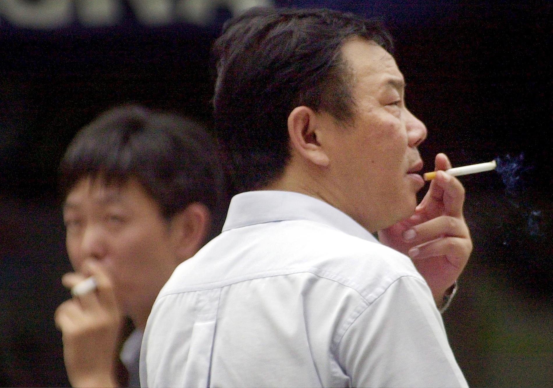 Många män röker i Kina.