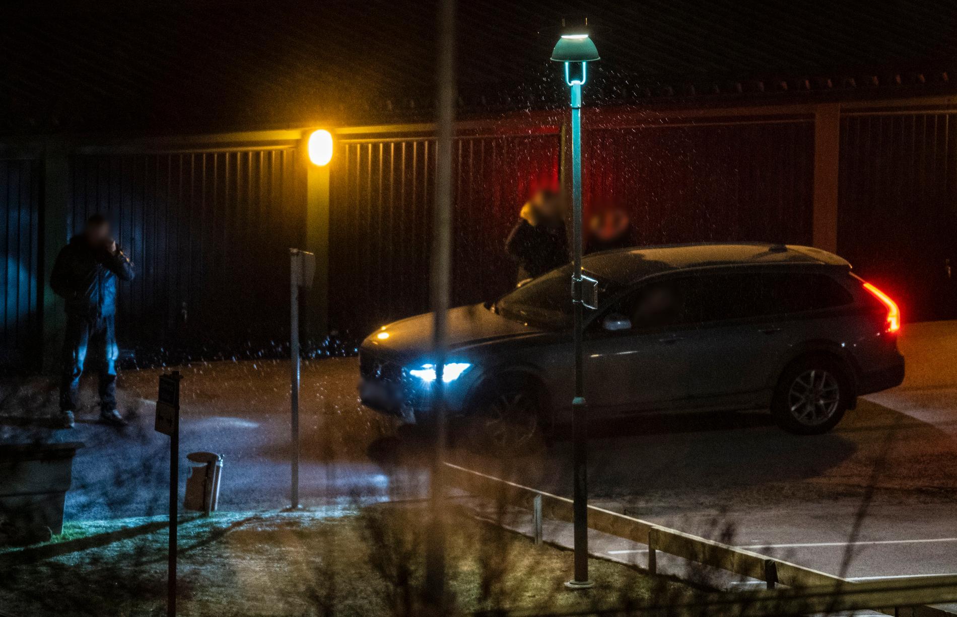 I februari greps de två männen. Här är polisen på plats vid 26-åringens bostad.