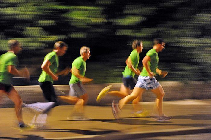 Genom natten springer deltagarna under Midnattsloppet.
