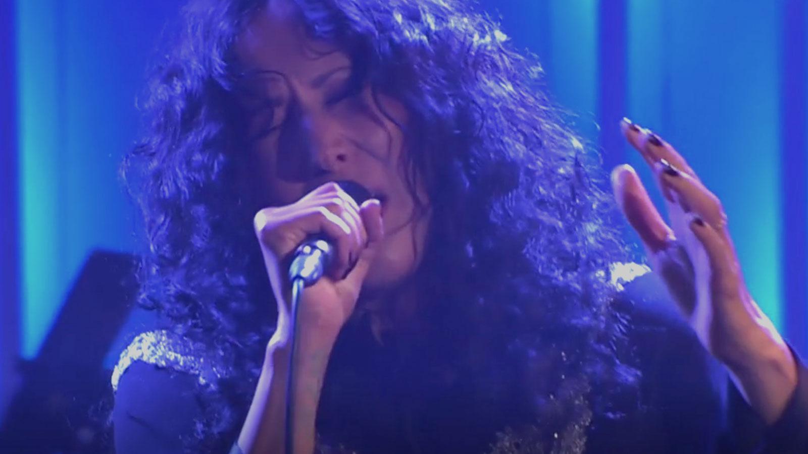 """Titiyo sjunger Carolas """"Evighet"""" i """"Så mycket bättre""""."""