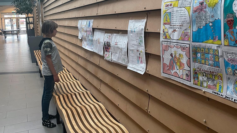 """På väggen i Särö skola kan barnen läsa varandras serier om matsvinnshjältarna. """"Det märks att de inspirerats för de liknar vår serie om matsvinnet"""", säger Selmer."""