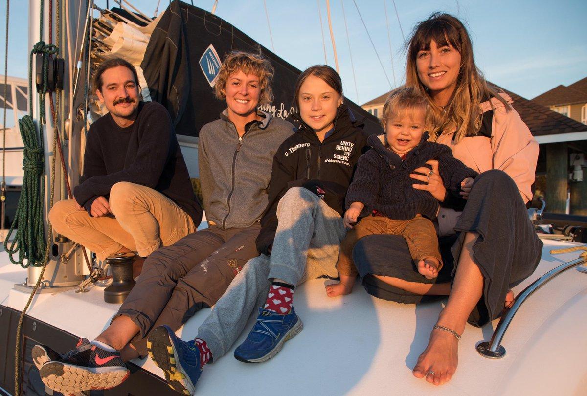 Greta Thunberg fick lift över Atlanten med det australiensiska Youtube-paret Riley Whitelum och Elayna Carausu och deras son Lenny, samt brittiska seglarproffset Niki Henderson.