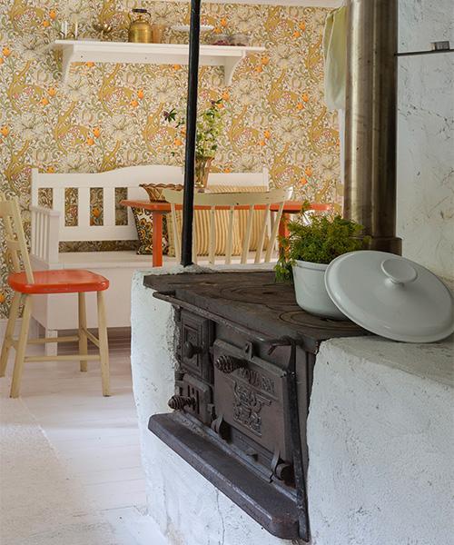 Bordet och stolarna i köket är från en loppis i närheten av torpet. De var målade i en orangeröd färg som passade perfekt in i färgskalan i Flis - torpet