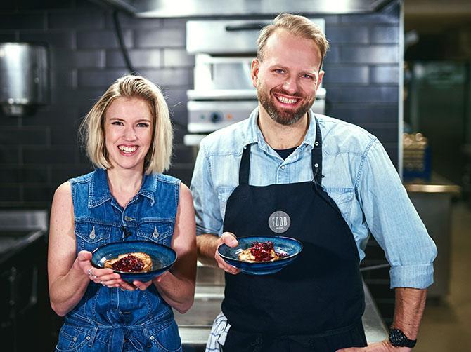 Forskaren och kocken. Victoria Voss och Tom Victor lagar hållbart i köket.