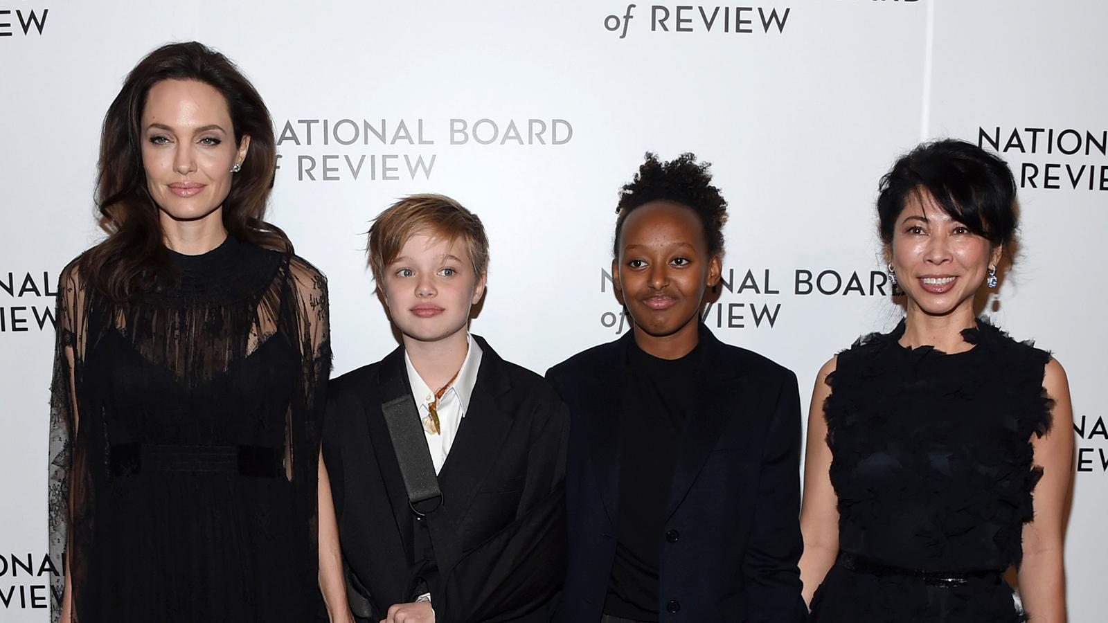 Angelina Jolie med barnen Shiloh Jolie-Pitt, Zahara Jolie-Pitt och Loung Ung vid en gala 2018.