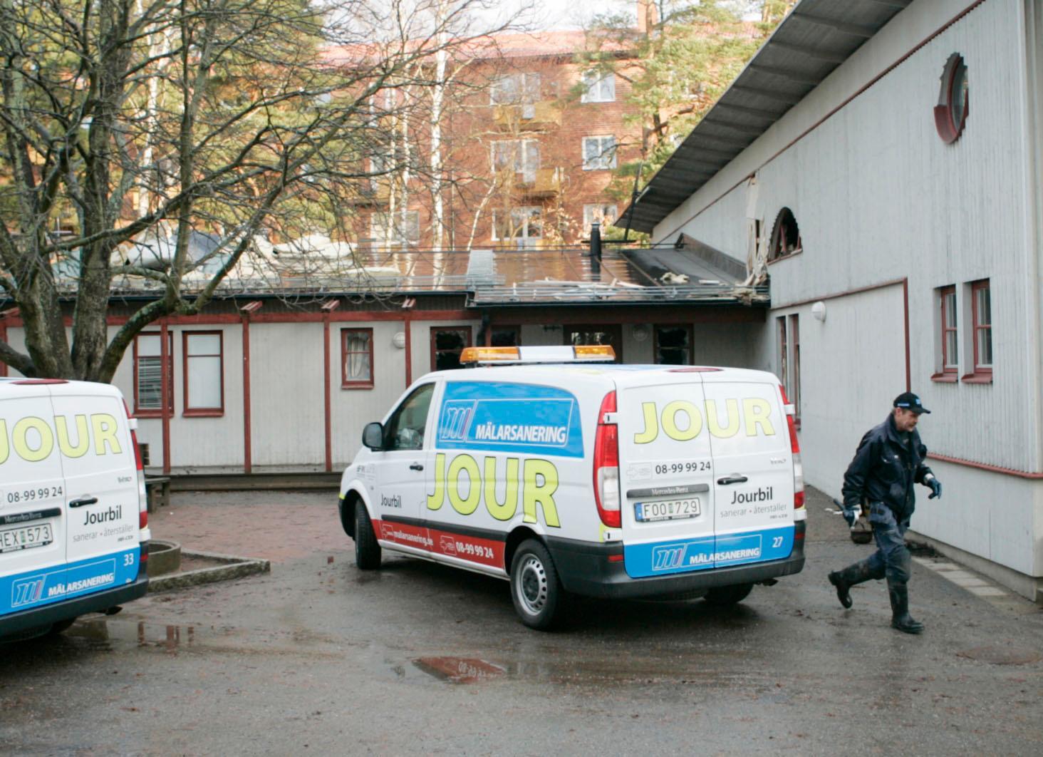 Ett dagis i Stureby rök- och sotskadades helt på insidan efter brand natten till söndagen. I går jobbade en saneringsfirma intensivt för att åtminstonde en avdelning ska kunna vara öppen på i dag.