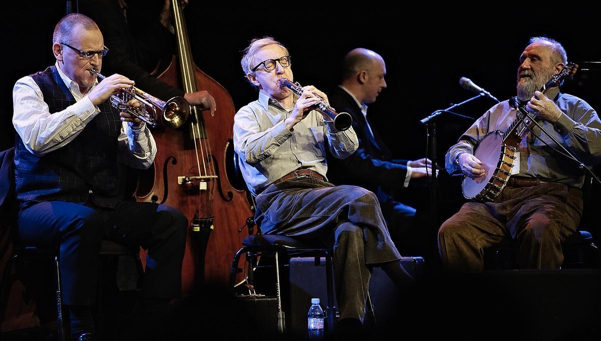 Fullt blås Woody Allen filmaren är bättre än Woody Allen musikern. Men musiken är glad och han gör sitt bästa för att underhålla publiken.