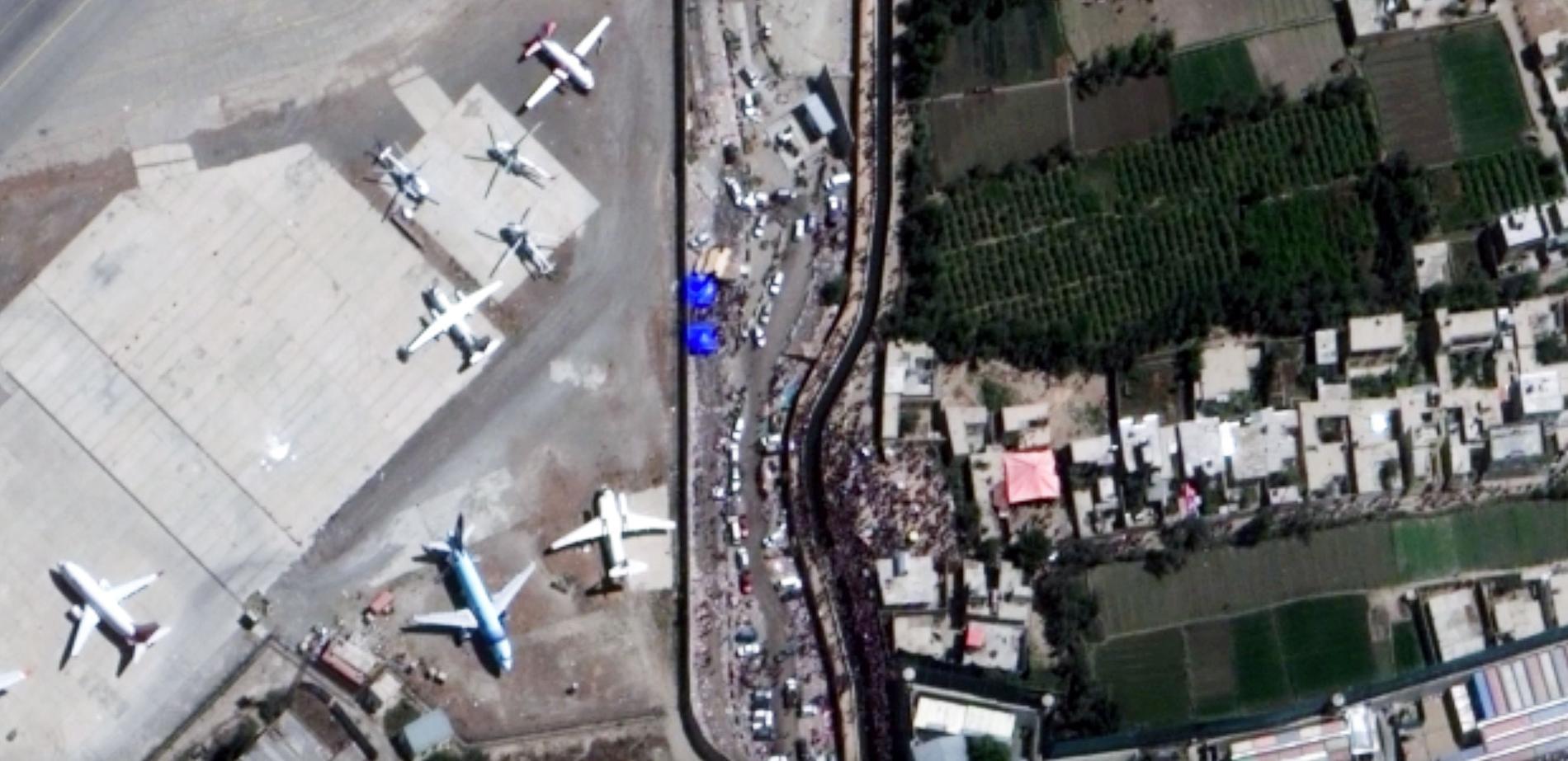 På satellitbilder över Kabuls flygplats och Abbeyentrén tagna just före explosionerna syns en stor folkmassa.