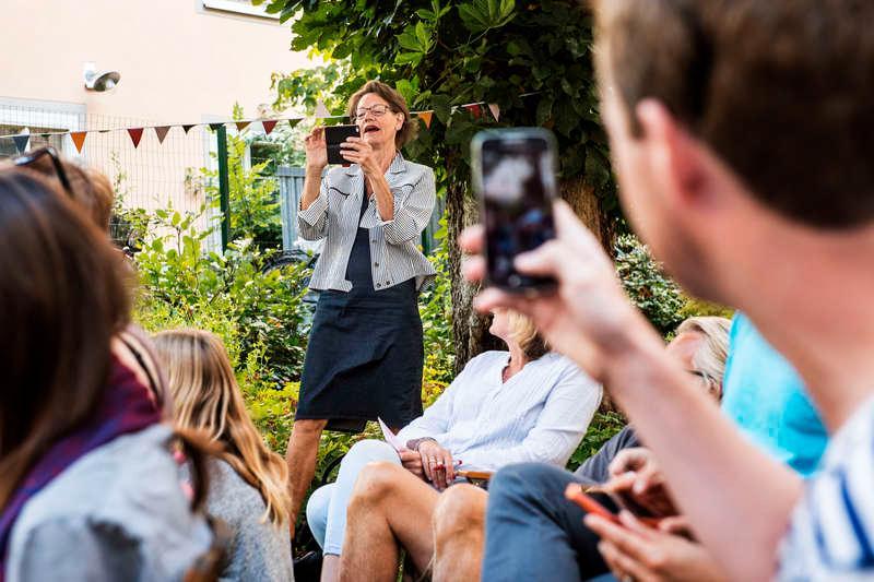 """MOBILKAMERAN I HÖGSTA HUGG """"Det är ingen registrering, ni behöver inte vara oroliga"""", säger Gudrun Schyman när hon fotograferar deltagarna på ett av sina hemmapartyn. Sedan sätter hon igång med sin feministiska folkbildningsresa. """"Anteckna!"""""""