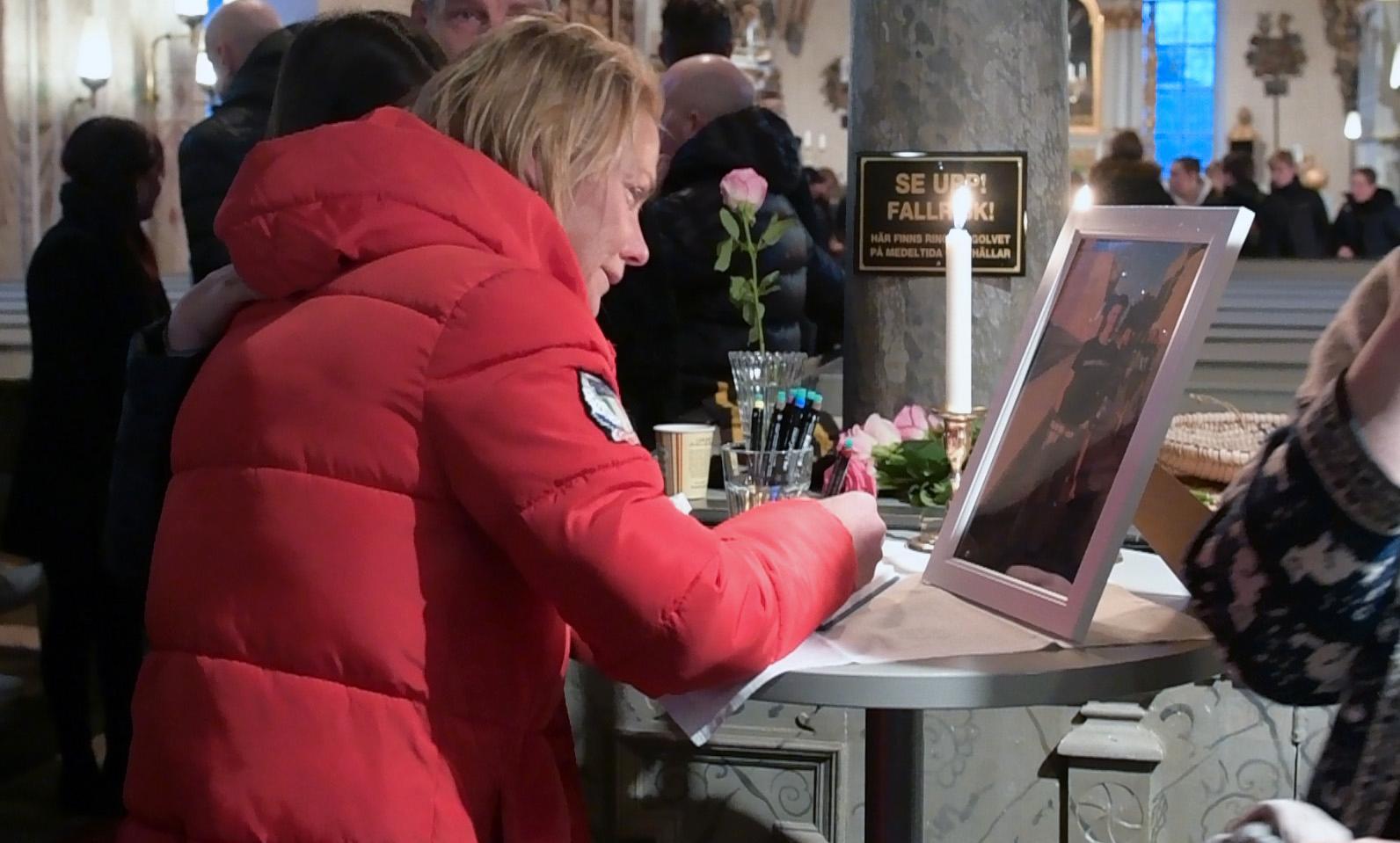 Carls mamma i kyrkan i Björklinge under minnesstunden i helgen.