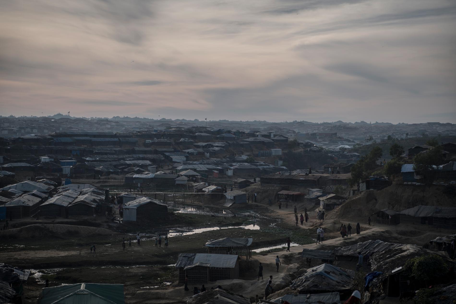 Skymning över Kutupalonglägret. En gång i tiden hem för omkring 30 000 flyende rohingyer och promenadstråk för elefanter. Nu bor över en halv miljon rohingyaflyktingar från Burma här.