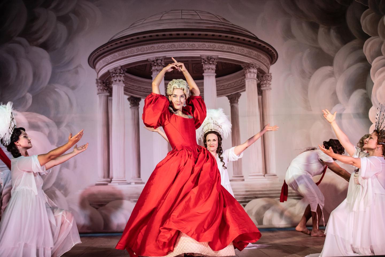 """Ida Ränzlöv som Dido med ensemble i Purcells """"Dido och Aeneas"""" på Confidencen."""