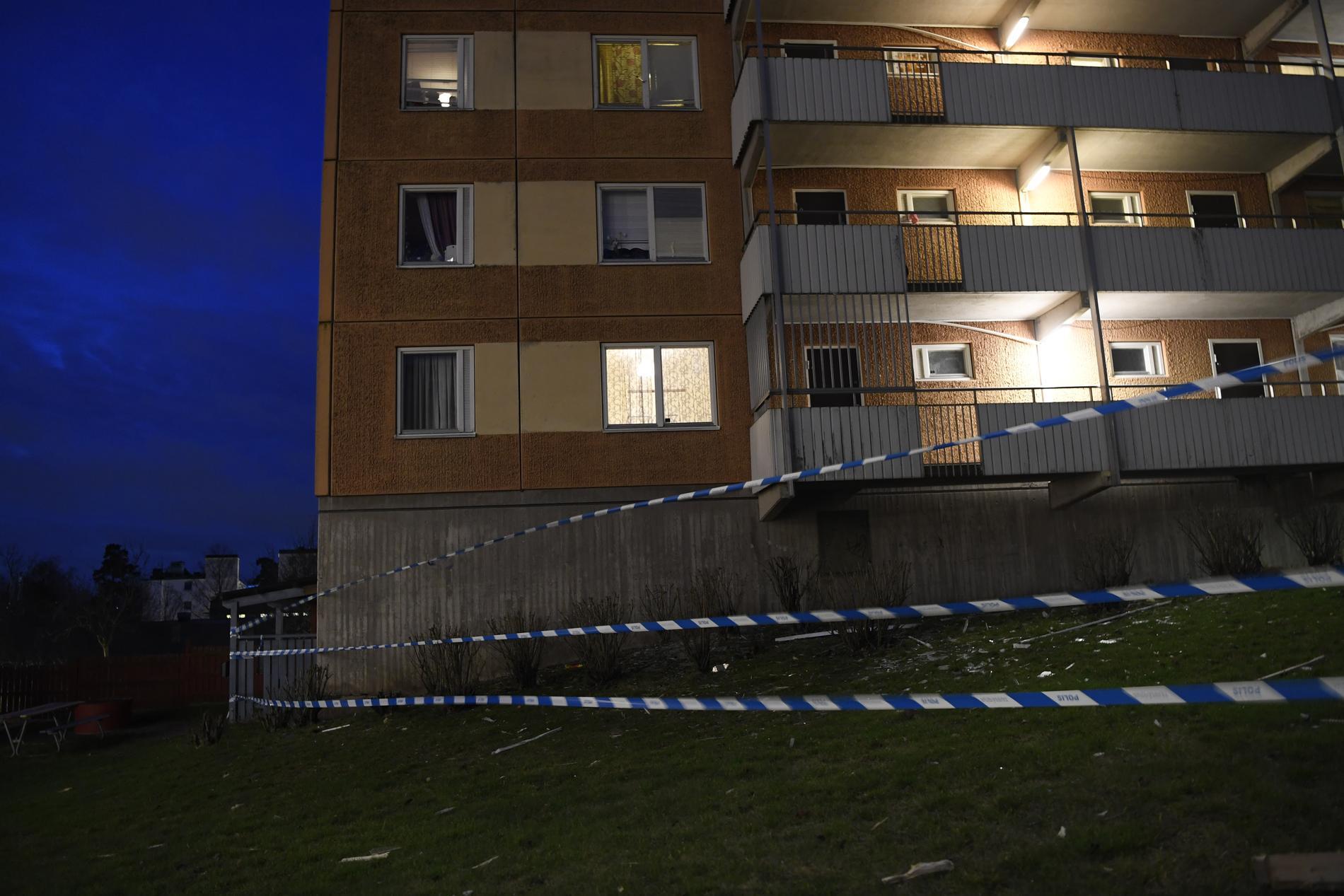 Explosionerna skedde på ungefär 500 meters avstånd från varandra. Polisen utreder ett samband.