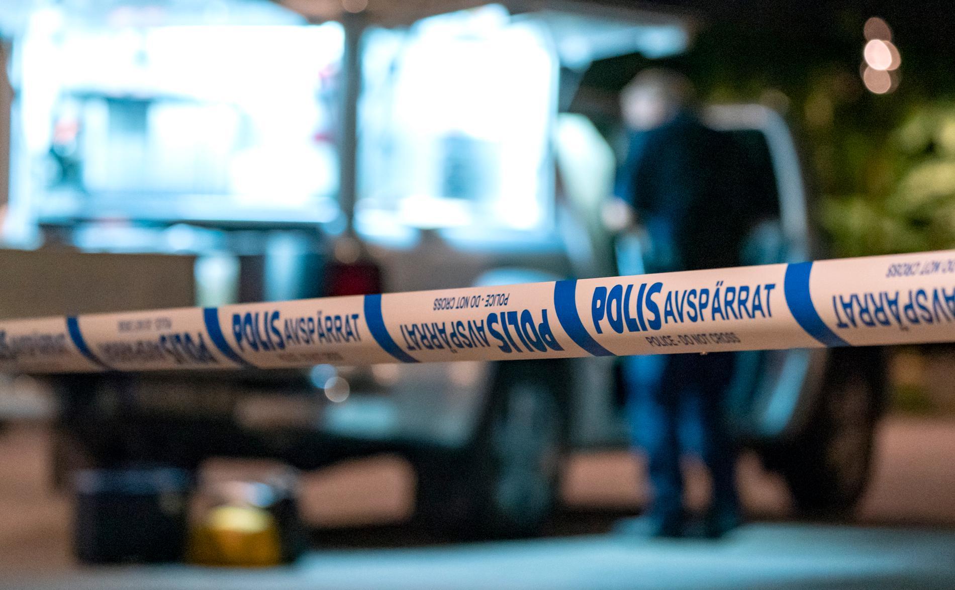 En man i 25-årsåldern skadades allvarligt vid ett bråk vid en restaurang i centrala Stockholm sent på lördagskvällen.