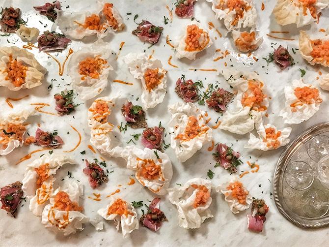 Vackra snacks – laxtartar på rispapper.