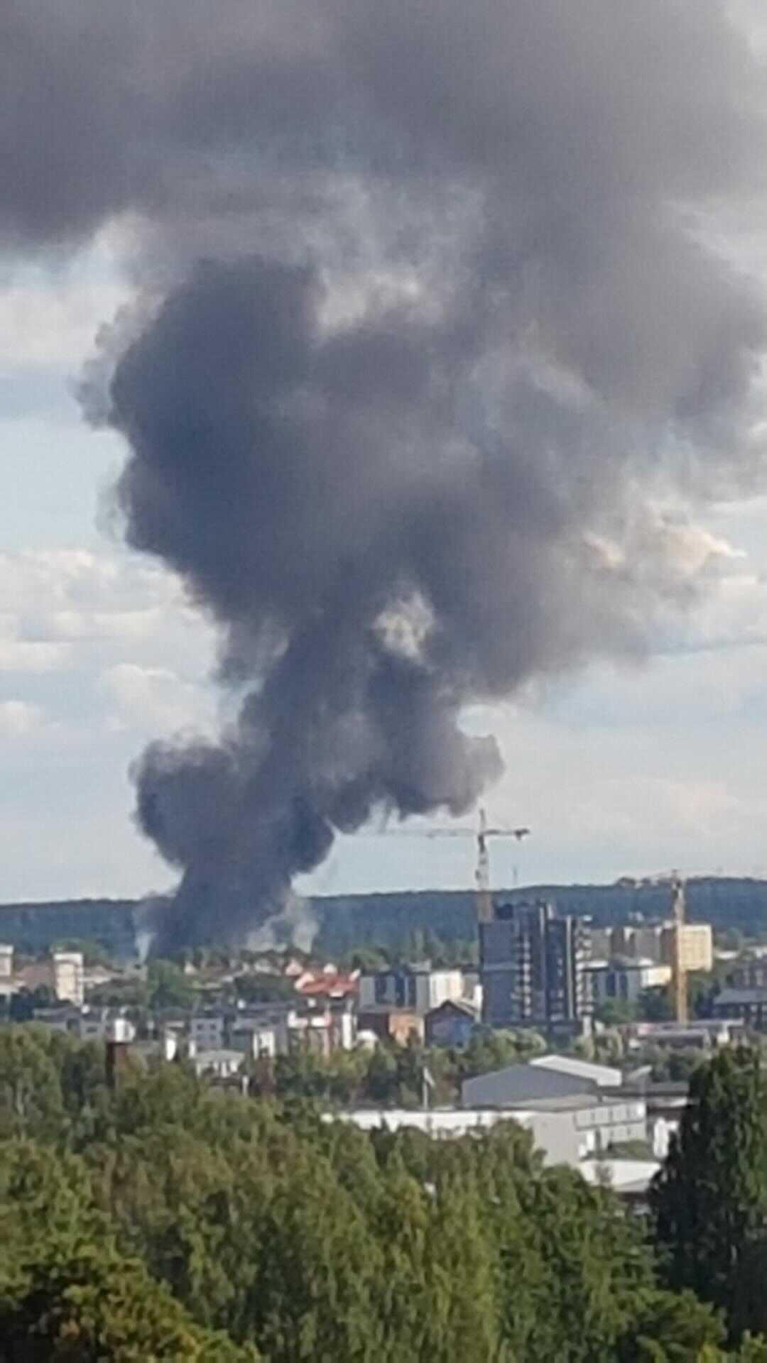 Allmänheten varnas för den rök som sprider sig över staden.