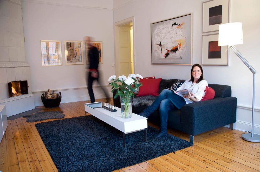 Jessica trivs i lägenheten på 130 kvadratmeter på Södermalm. Här blandar hon ny design med gamla loppisfynd.