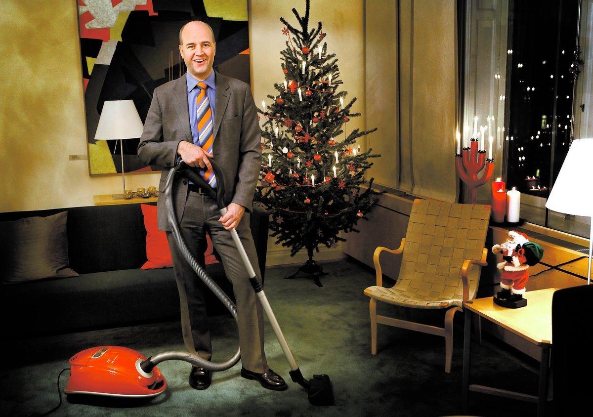 Dammets värsta fiende Statsminister Fredrik Reinfeldt (m) städar gärna – och systematiskt. Men inte i kostym. När det är på riktigt tar han fram sina speciella städbyxor med många fickor.