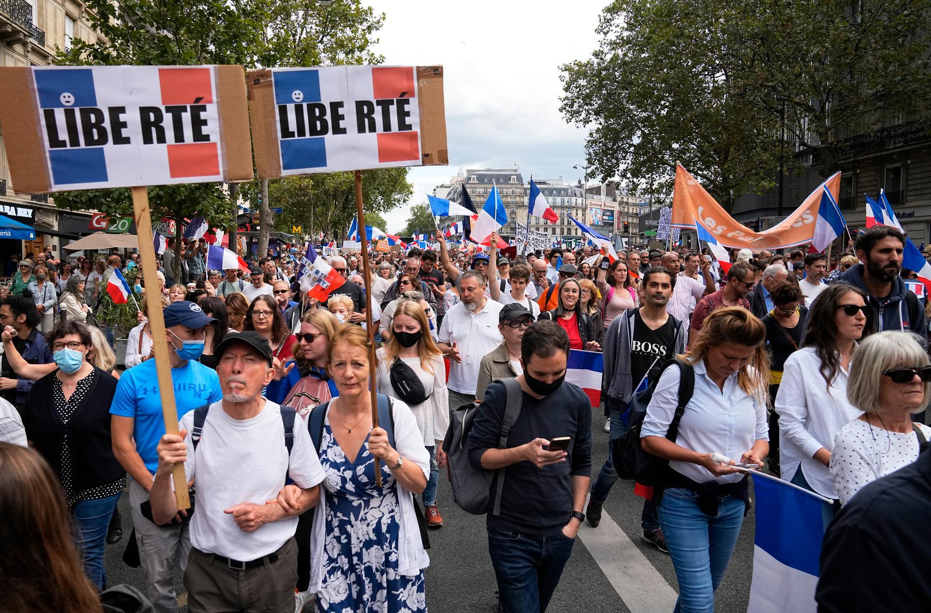 Tusentals människor i Paris demonstrerade i lördags mot det franska covidpasset, som nu godkänts av landets konstitutionella råd.