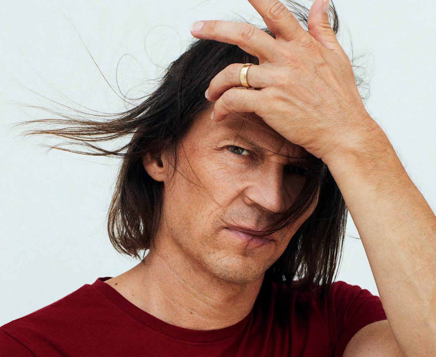 Jakob Hellman är tillbaka med ny musik. Jo, det är sant. Jo, himla inte med ögonen.