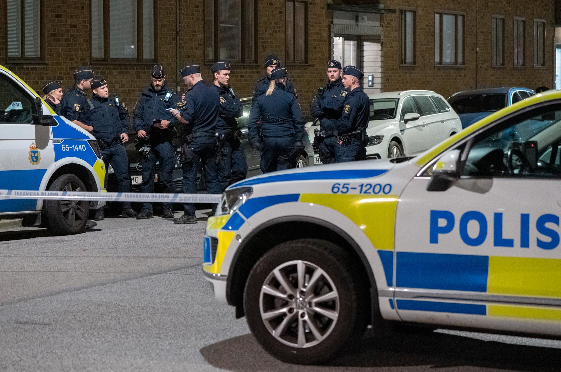 Polis på plats vid ett misstänkt skotthål i en ruta på Ehrensvärdsgatan på Värnhem i Malmö natten till torsdagen.