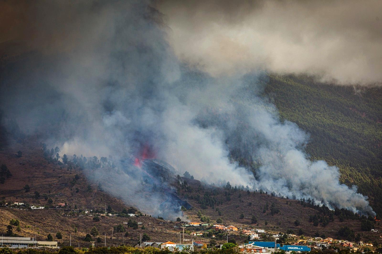 Röken stiger från berget.