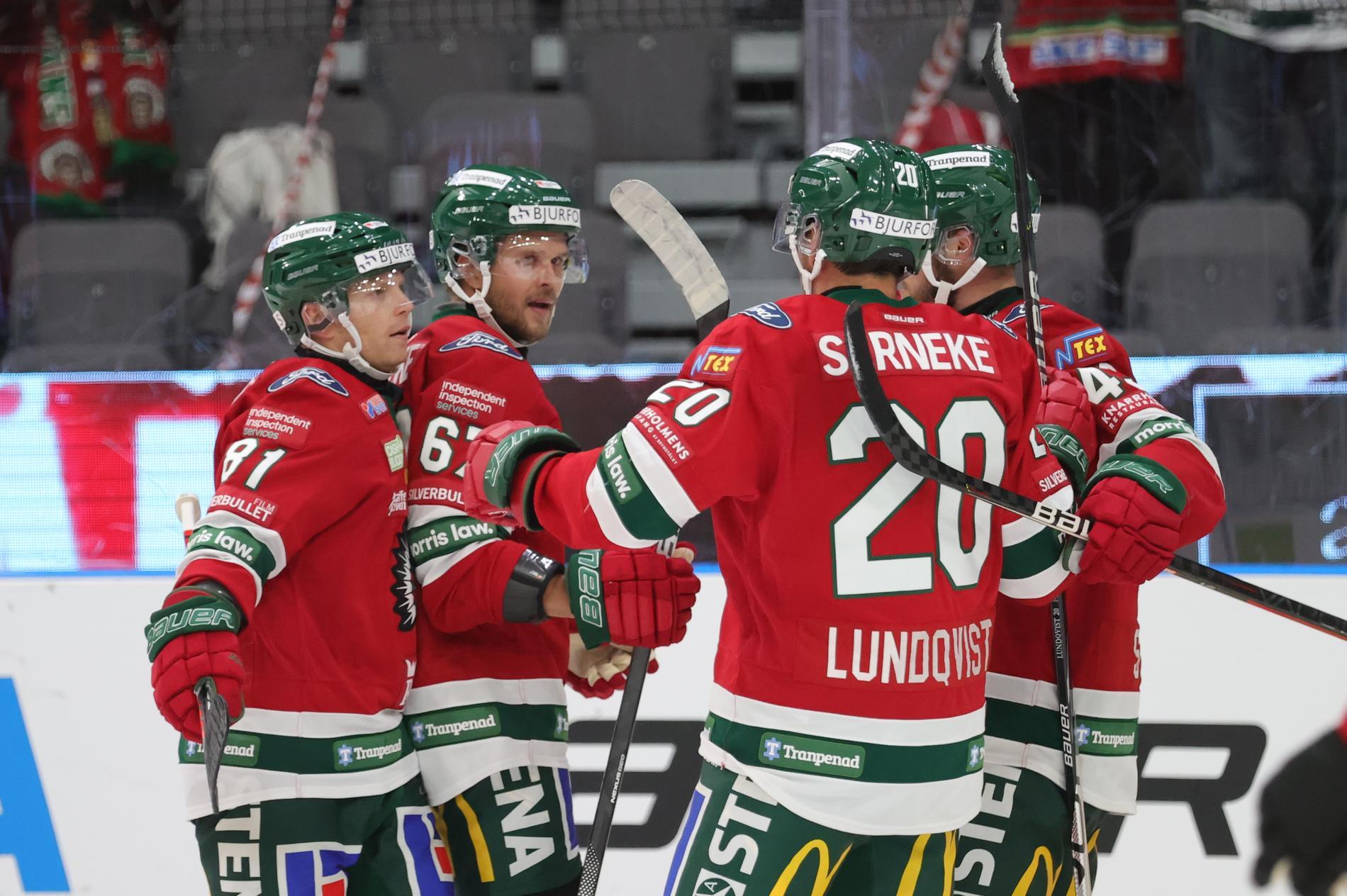 Jacob Nilsson (tvåa från vänster) klappas om efter sitt 1–0-mål mot Luleå.