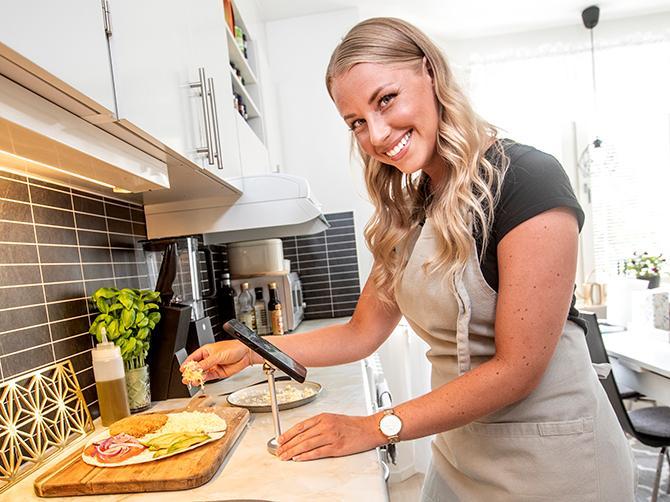 Alexandra Johnsson hemma i köket i Trollhättan.