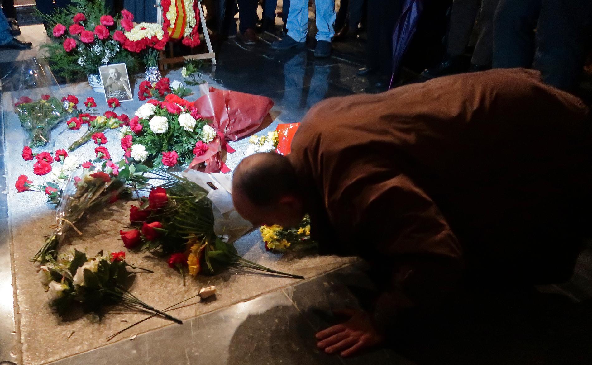 Blommor på general Francisco Francos grav. Arkivbild.