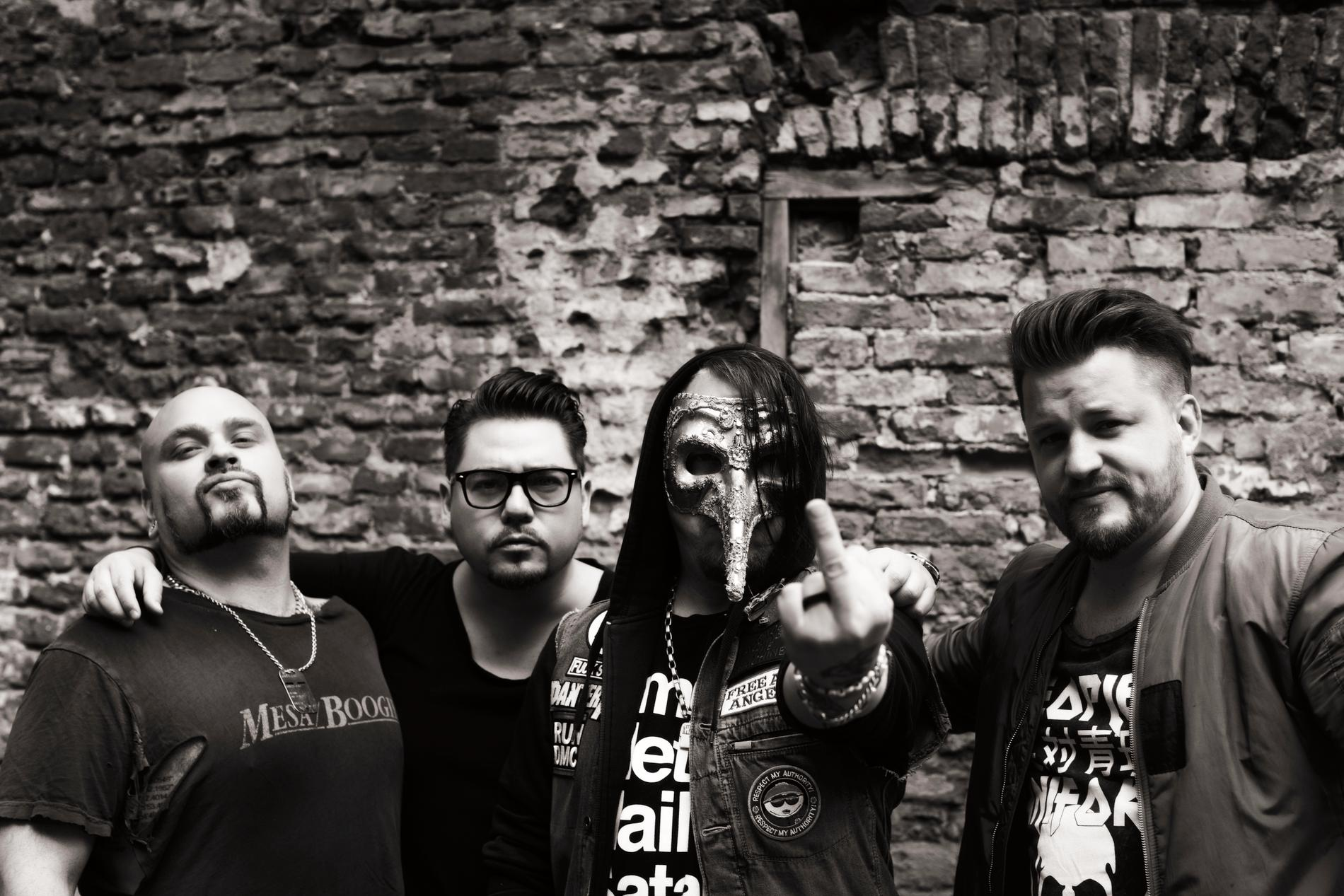 Rockbandet Lillasyster debuterar i Melodifestivalen 2021.