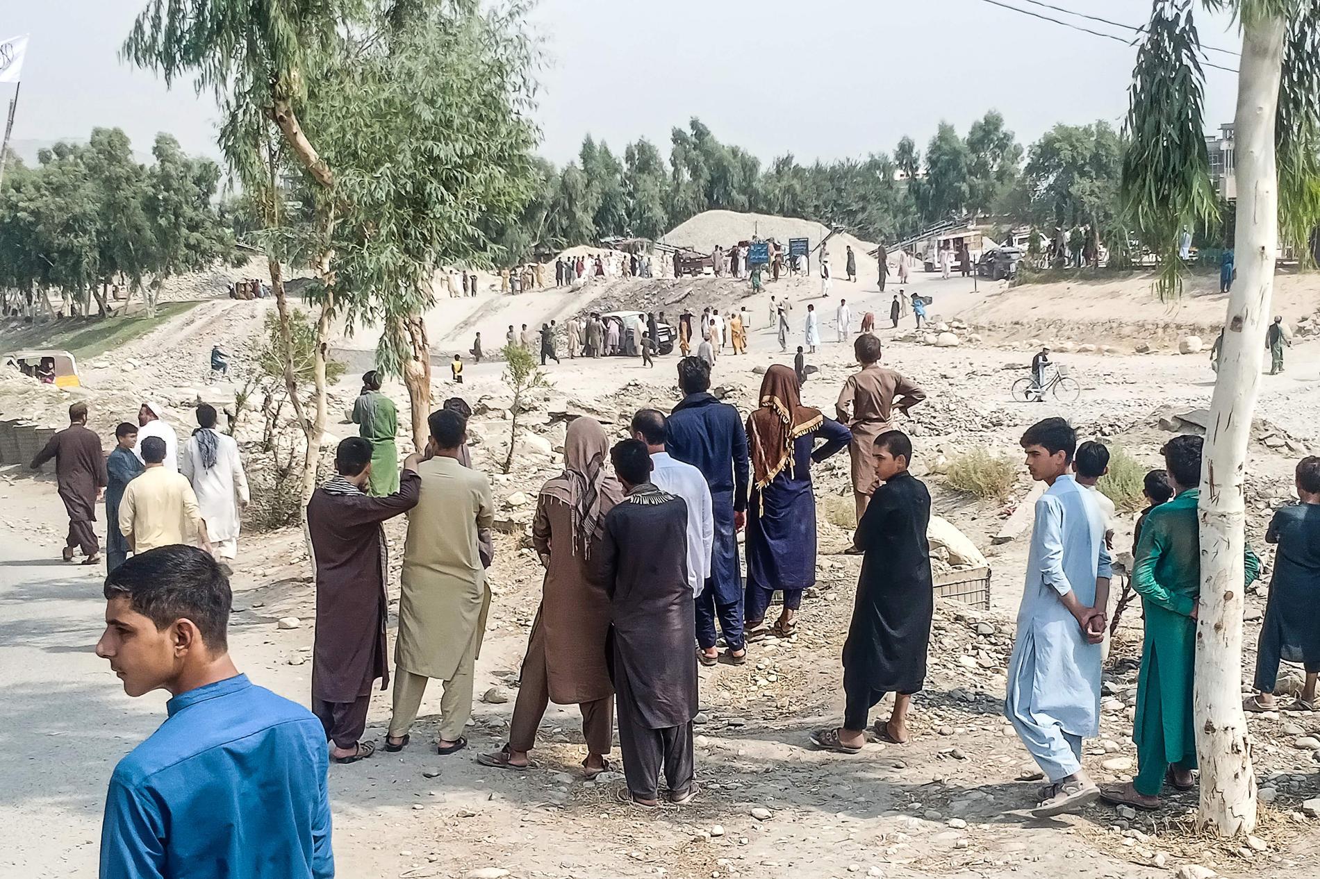 Människor samlas på platsen där bombdådet inträffade under söndagen.