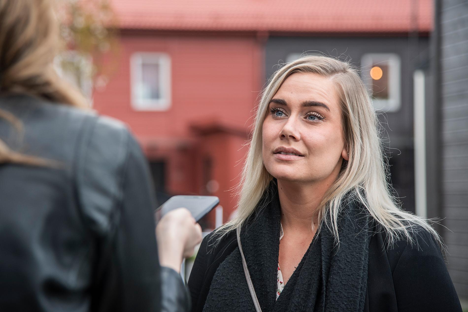 27-åriga Elinore Längquist är på en privat visning av ett radhus i Västerhaninge i Stockholms län. Hon får se bostaden innan den fotograferas och läggs ut på nätet.