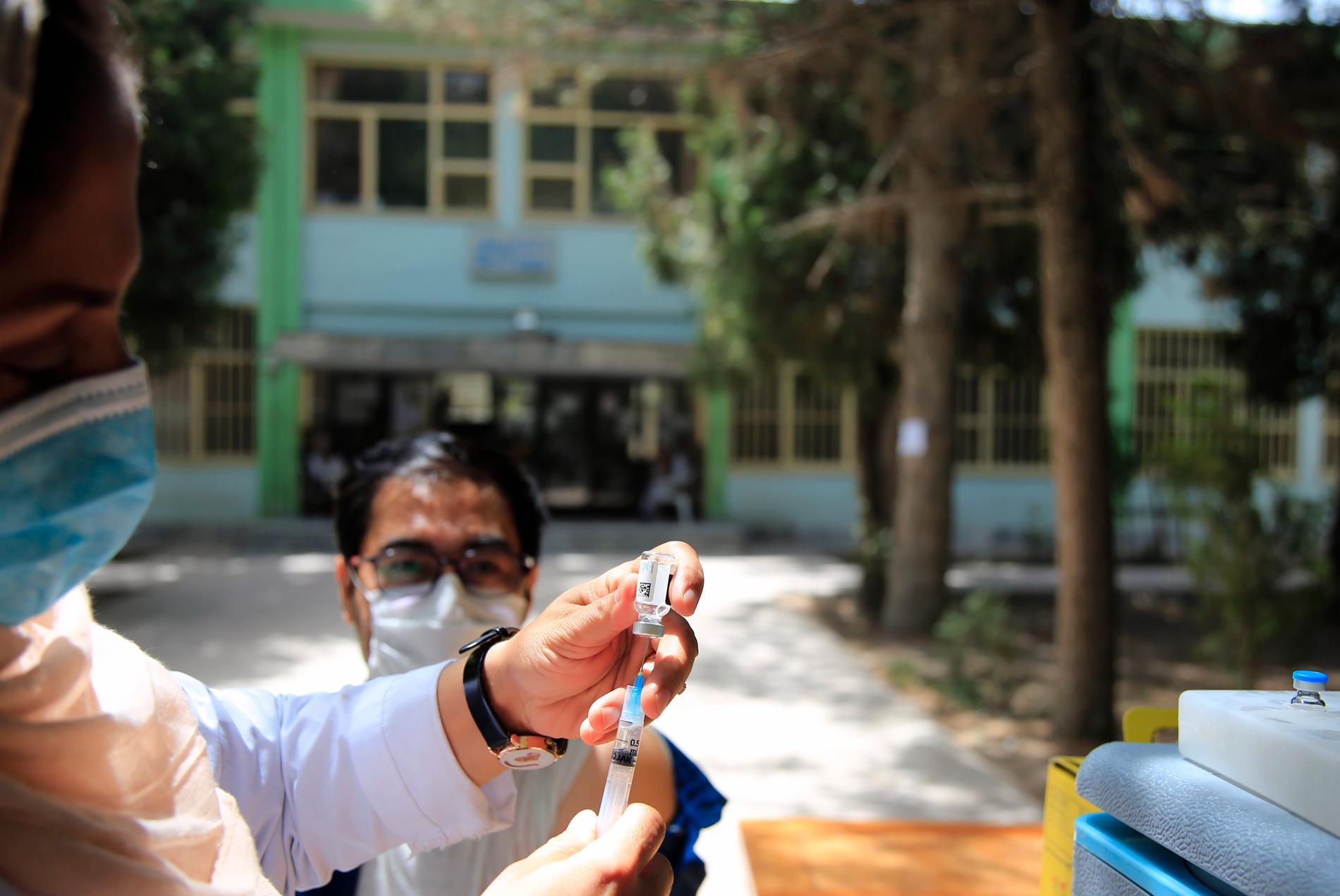 En afghansk student fick sitt covid-19-vaccin vid Kabuls universitet i slutet av juli, innan staden övertogs av talibanerna.