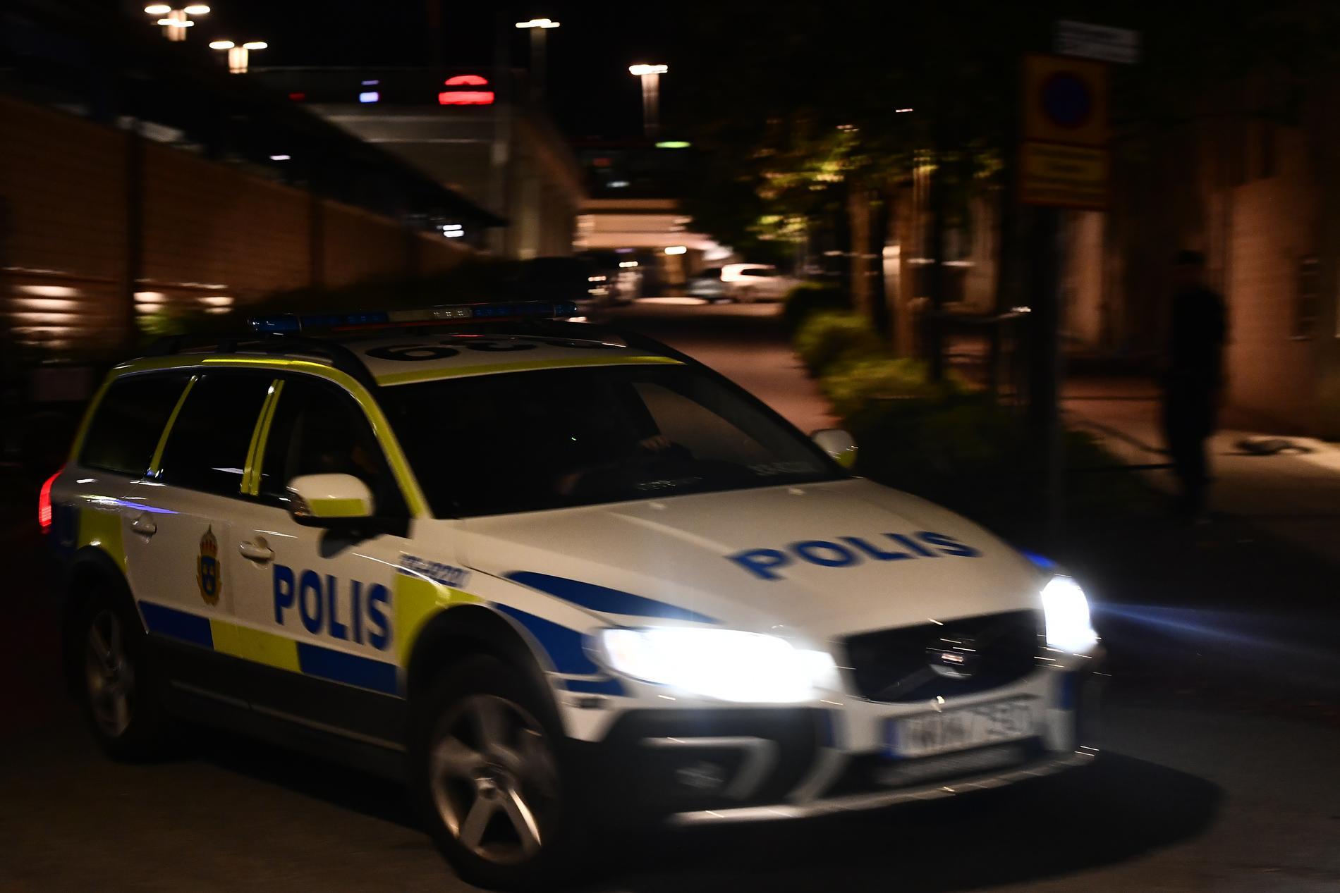 Polisen har kontrollerat flera personer nära brottsplatsen.