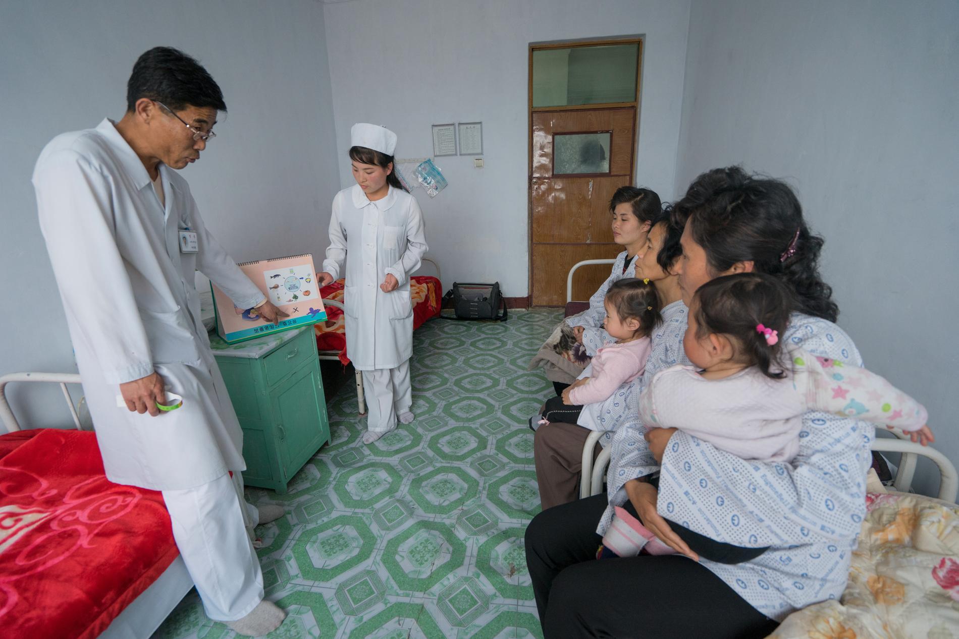 Barnläkaren Ri Song Hwan tar emot mammor och deras barn på ett sjukhus i Jongju i Nordkorea. En del av den sinande sjukvårdsmateriel Röda Korset uttrycker oro för rör förlossningsvård. Arkivbild.