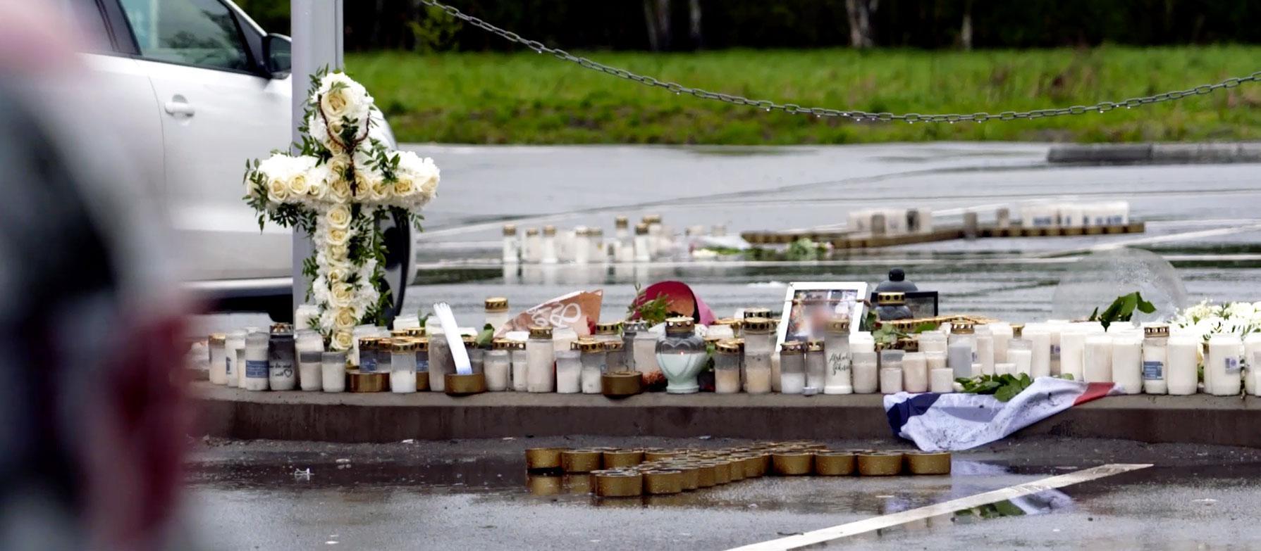 Sörjande har lämnat blommor och ljus vid mordplatsen.