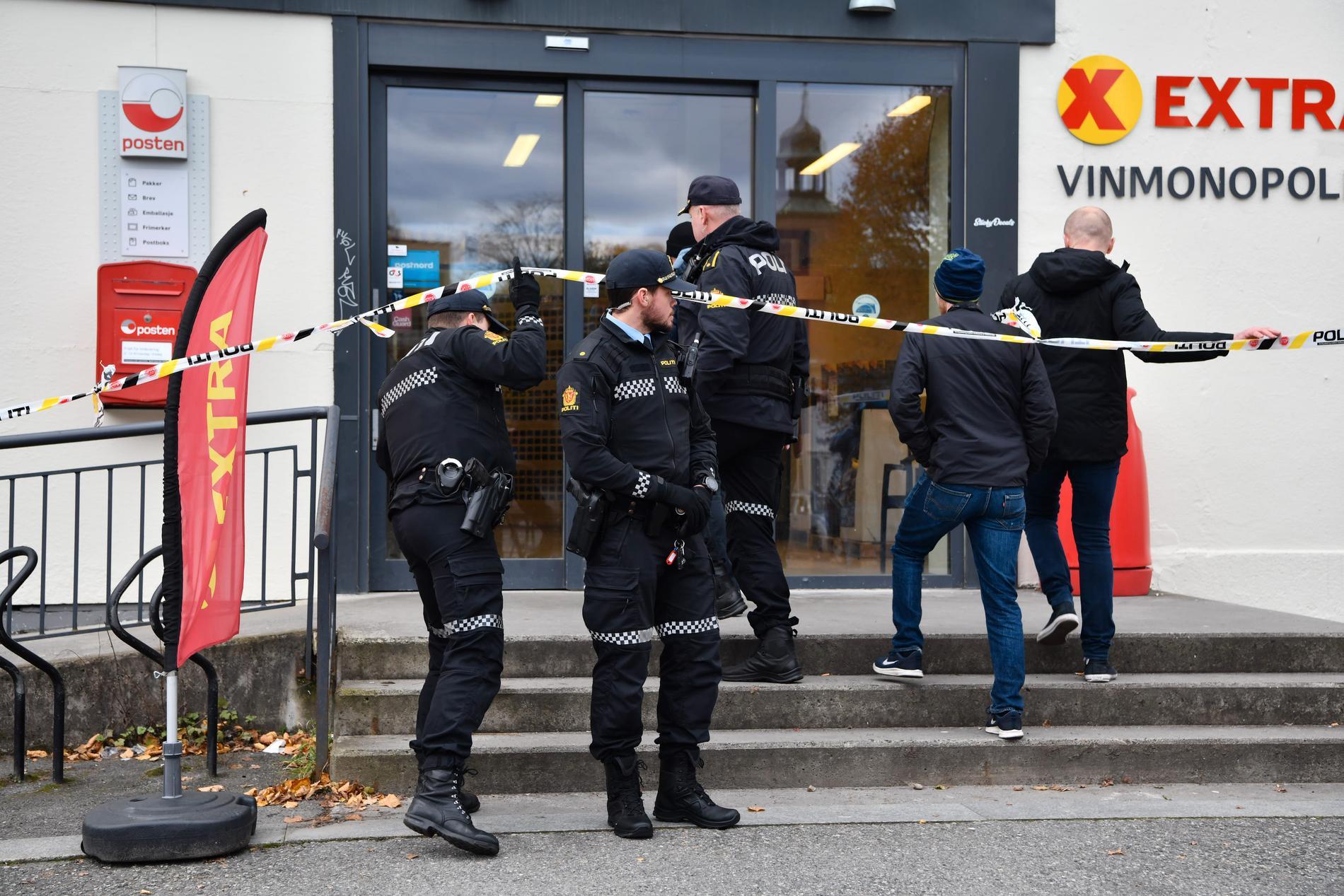Polis på plats utanför affär i Kongsberg.