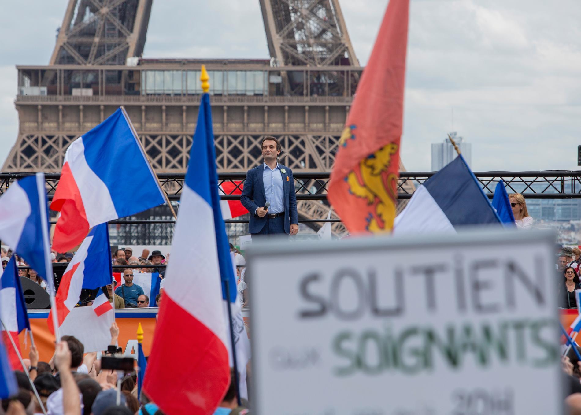 Det högernationalistiska partiet Patrioternas ledare Floriant Philippot talar inför demonstranter vid Place Trocadero i Paris.