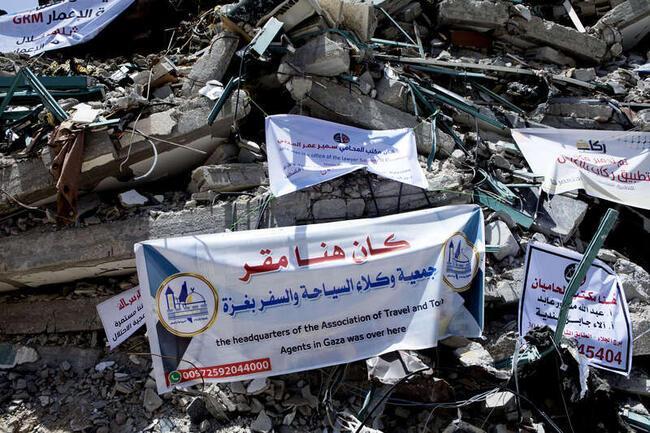 Många av de företag som hade kontor i byggnaden har satt upp banderoller med deras information på ruinen.
