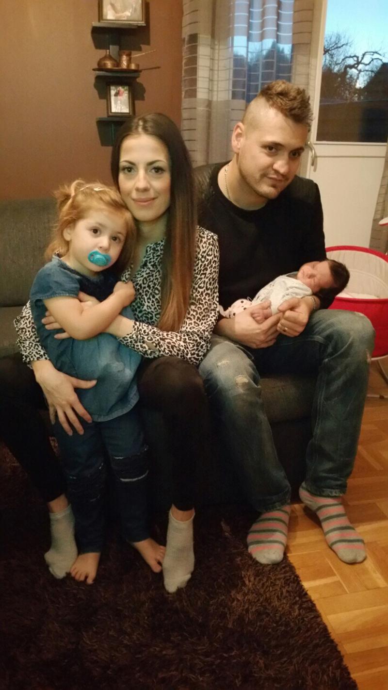 Nu är hela familjen Krdjic hemma igen efter den dramatiska förlossningen. Från vänster: storasyster Amina, 2, mamma Sevala, pappa Asmir och nyfödda Ajla.