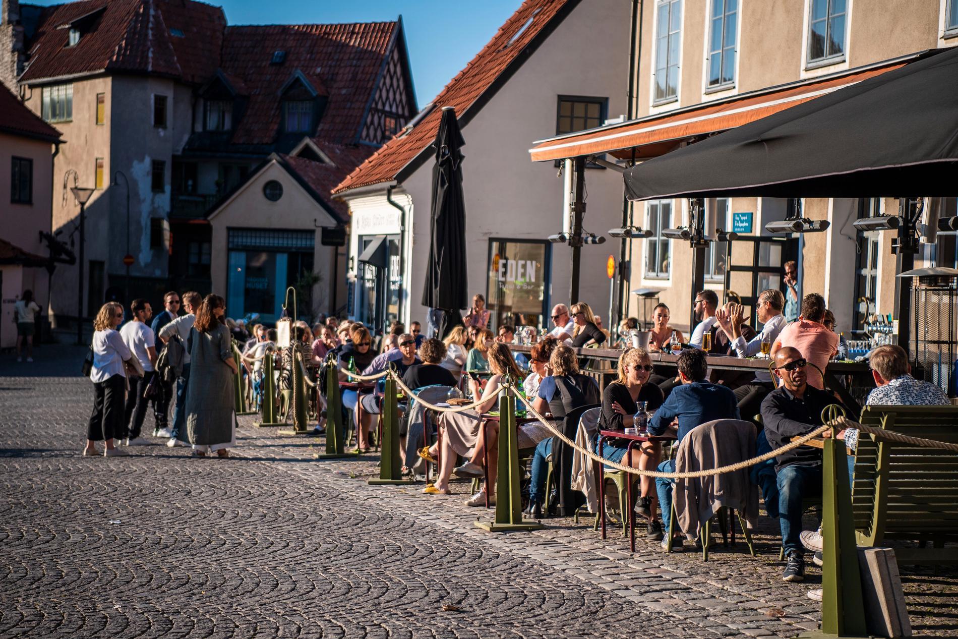 """Många svenskar har valt att """"hemestra"""" hemma i Sverige, vilket märks på flera håll. Här en full uteservering på Gotland."""