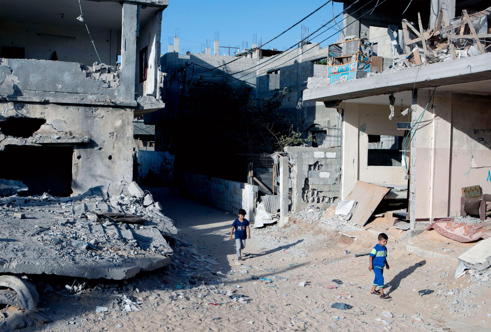 Barn bland ruinerna av bostadshusen i Beit Hanoun.