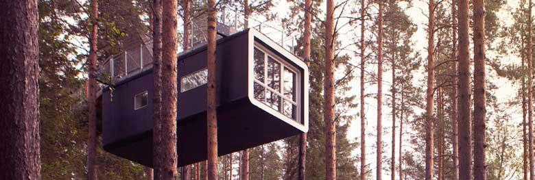 Bo i en trädkoja i skogen hos Treehotel.