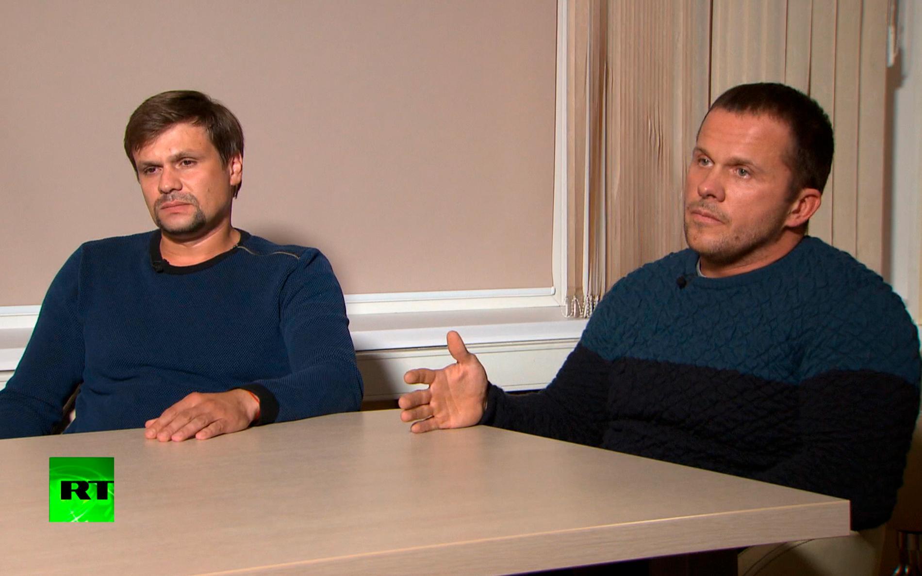 """De misstänkta ryska agenterna """"Ruslan Bosjirov"""" (till vänster) och """"Aleksandr Petrov"""" i en intervju med den ryska statliga internationella tv-kanalen Russia Today. Arkivbild."""