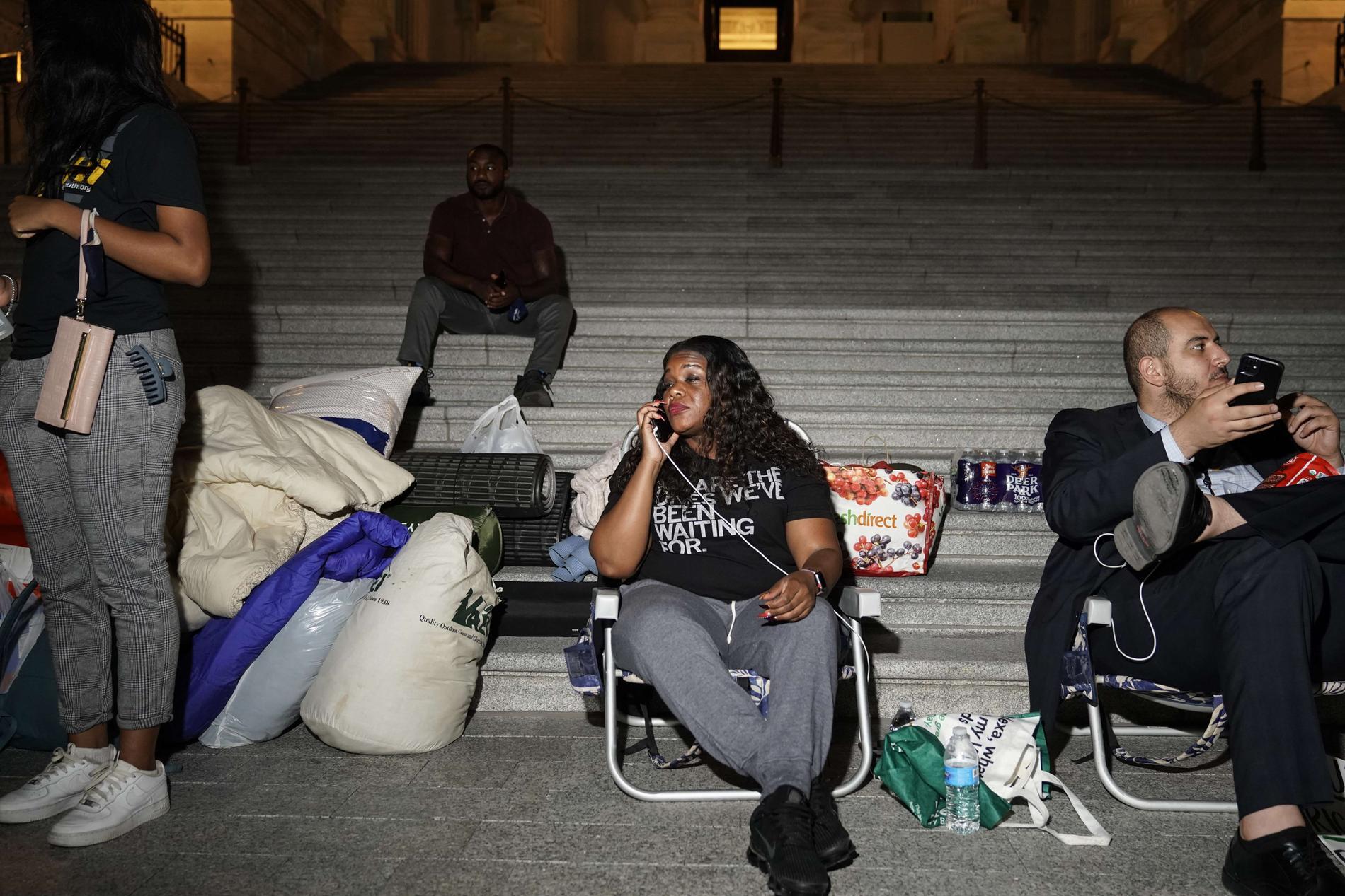 Kongressledamoten Cori Bush och hennes anhängare tillbringade natten utanför kongressbyggnaden i Washington med krav på att ett stopp för vräkningar ska förlängas.