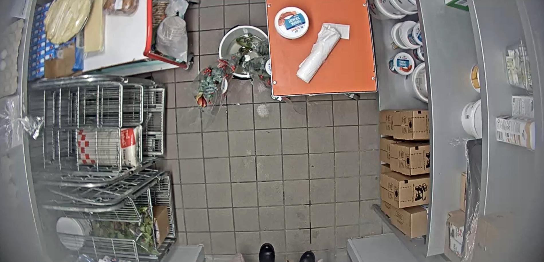 Enligt facket Kommunal kan övervakningen strida mot reglerna, då personalen inte informerades och det inte sattes upp skyltar i köket.