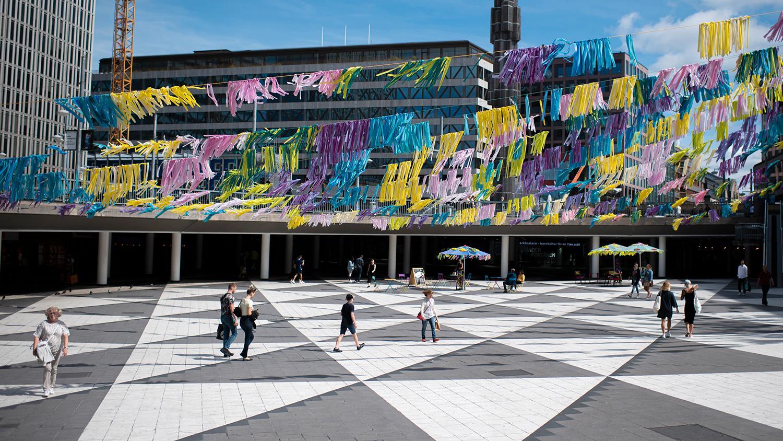 """I genomsnitt finns det 7,7 skräpföremål per 10 kvadratmeter i stadskärnorna i Sverige. Om man tar 2000 kvadratmeter stora Sergels torg som exempel, innebär det 1540 skräpföremål på """"Plattan""""."""