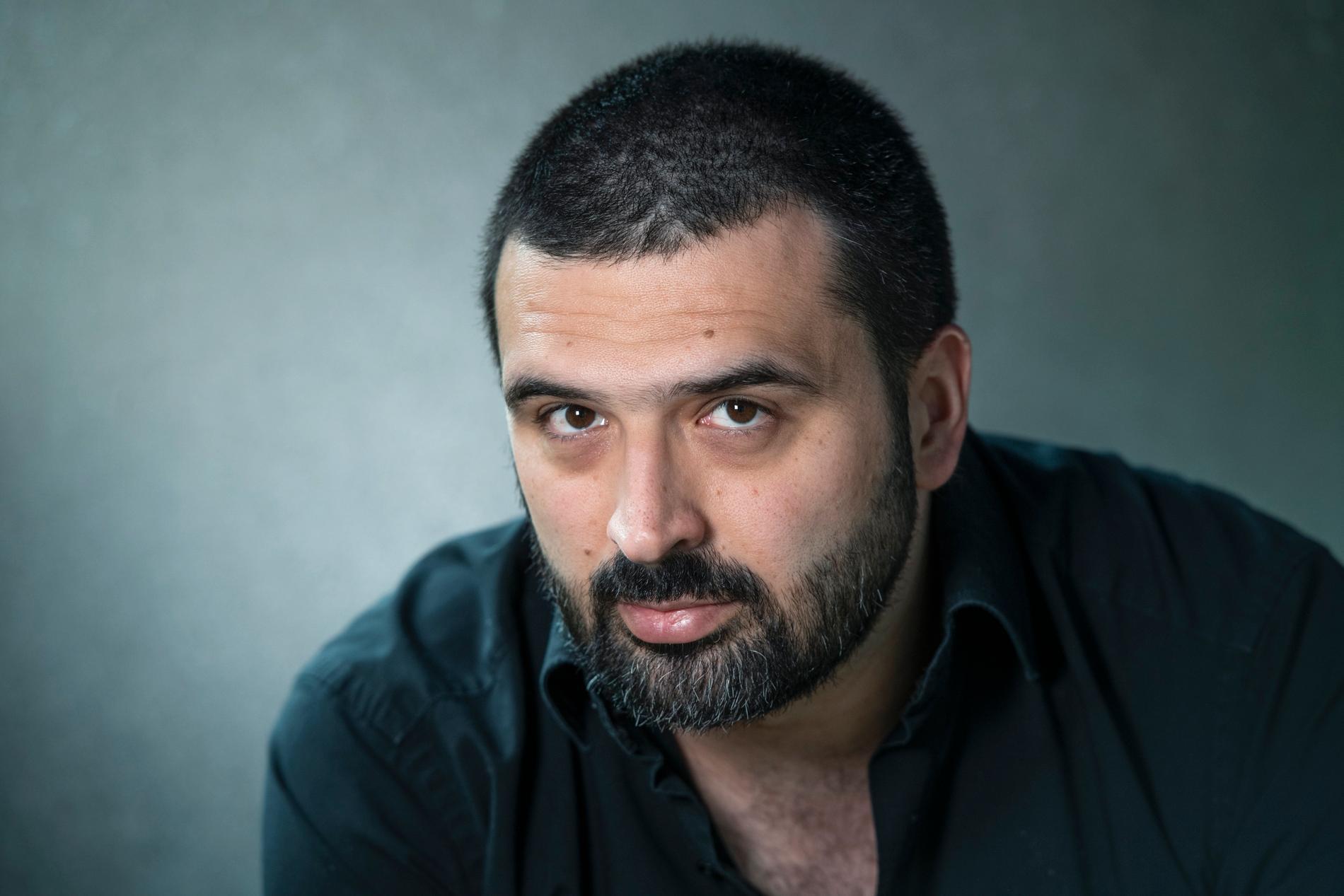 """Ali Esbati var på  Utøya för tio år sedan. I den nyutkomna boken """"Man kan fly en galning men inte gömma sig för ett samhälle"""" skriver han om upplevelsen."""