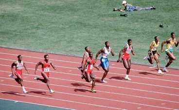 OS-FINALEN 1988 - OCH GULDET TILL...? Ben Johnson var först i mål, men fälldes för dopning och fick lämna ifrån sig guldet. Tvåan Carl Lewis har erkänt positiva dopningstester, trean Linford Christie har dömt för bruk av anabola steroider så... vem vann den prestigefyllda OS-finalen egentligen?
